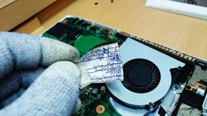 東芝 dynabook Satellite B753/52JG 分解。検品の際の紙切れ?
